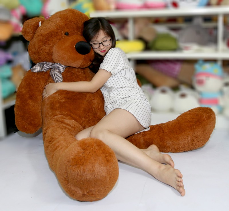 Một chú gấu bông khổng lồ luôn dễ dàng chiếm lĩnh trái tim mọi cô gái