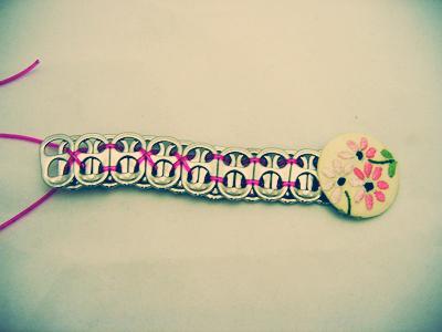 Độc đáo vòng tay handmade từ nắp lon