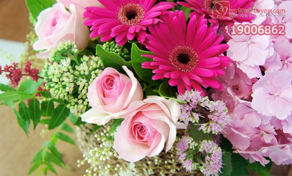 Cắm giỏ hoa với sắc hồng lãng mạn
