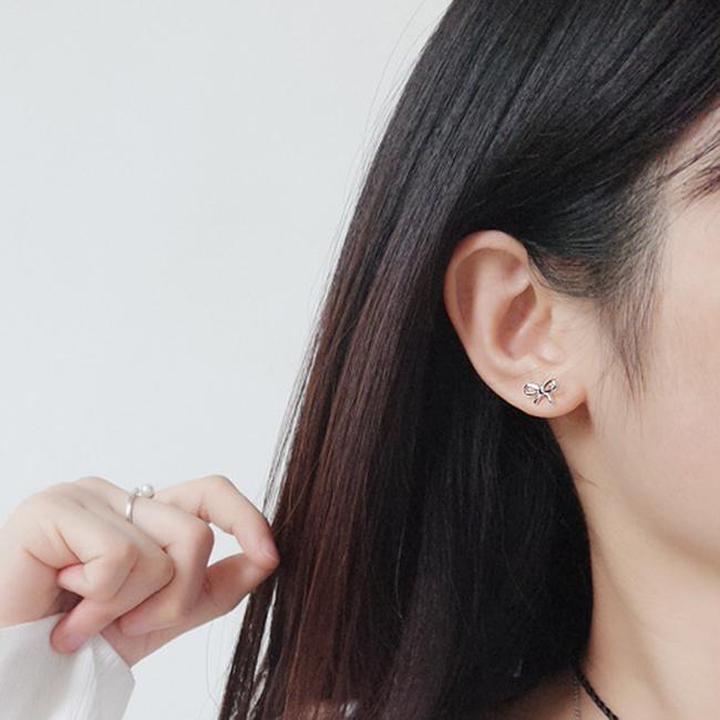Bông tai nơ bạc